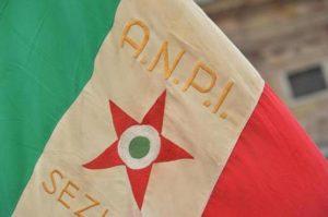 Bandiere tricolore dell'ANPI sventolano dal sacrario dei caduti per la liberazione dal ponte Monumentale in via XX settembre, 25 aprile a Genova. ANSA/LUCA ZENNARO